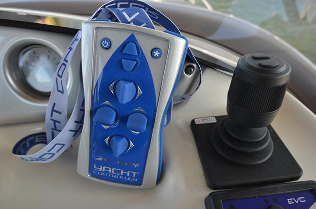 Il joystick di manovra e il telecomando per manovrare da qualsiasi punto della barca 650
